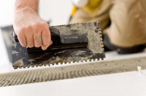 Fußboden Fliesen Renovieren ~ Mit selbstklebende bodenfliesen den fußboden renovieren