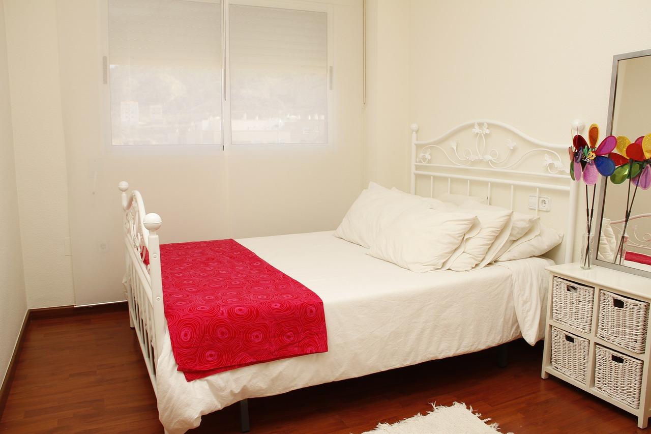 schlafzimmer im landhausstil der richtige bodenbelag finden. Black Bedroom Furniture Sets. Home Design Ideas